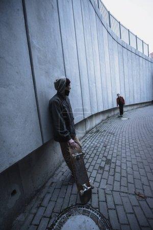 skateboarders en tenue de rue passer du temps dans le paysage urbain