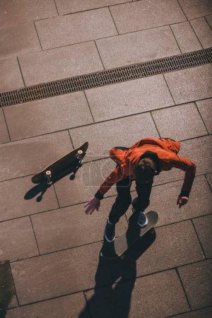Photo pour Vue grand angle du skateboarder se préparant pour le tour - image libre de droit