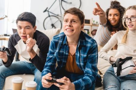 Foto de Niña afroamericana señalando algo en video juego - Imagen libre de derechos