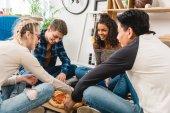 """Постер, картина, фотообои """"многонациональное подростков друзей сидел на полу и едят пиццу"""""""