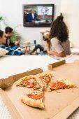 """Постер, картина, фотообои """"друзья смотреть новости с пицца на переднем плане"""""""