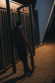 """Постер, картина, фотообои """"человек, стоящий с скейтборд на улице поздно ночью"""""""