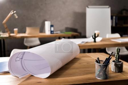 Photo pour Plan de projet sur la table en bois au bureau - image libre de droit