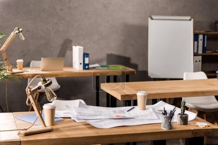 Photo pour Tables de travail avec les bleus, de café et de fournitures - image libre de droit