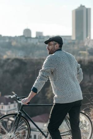 Photo pour Homme adulte élégant avec vintage vélo sur belle journée ensoleillée - image libre de droit