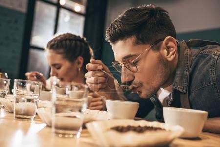 Photo pour Café-restaurant ouvriers contrôle qualité de café pendant la fonction alimentaire café - image libre de droit