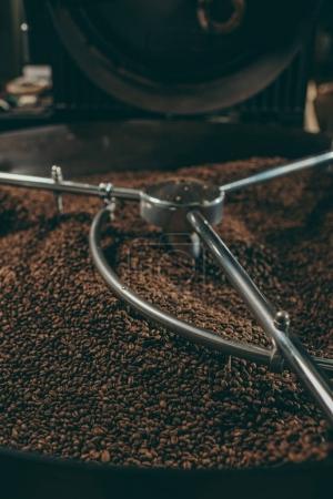 Photo pour Vue rapprochée des grains de café torréfiés dans la machine - image libre de droit