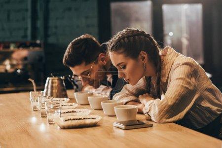 Photo pour Vue du côté des travailleurs café contrôle qualité de café pendant la fonction alimentaire café - image libre de droit