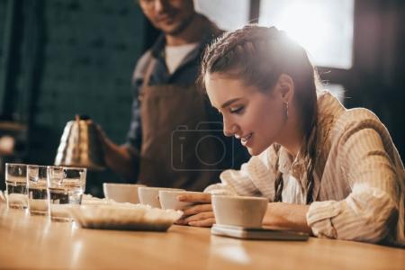 Photo pour Mise au point sélective des travailleurs café contrôle qualité de café pendant la fonction alimentaire café - image libre de droit