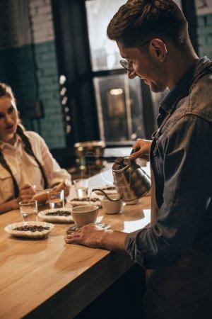 Photo pour Homme versant de l'eau chaude dans le bol avec la mouture de café pendant la fonction alimentaire café au café - image libre de droit