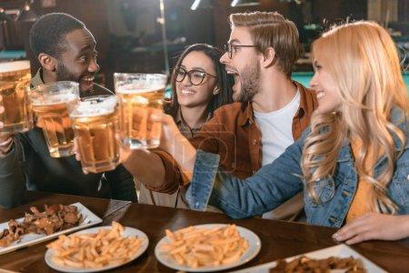 Photo pour Jeune entreprise multiculturelle manger et boire au bar - image libre de droit
