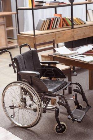 Photo pour Fauteuil vide près de table avec les ordinateurs portables dans la salle - image libre de droit