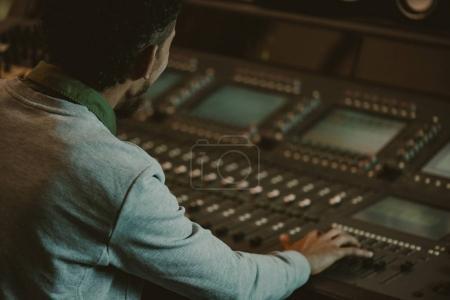 gros plan de son producteur travaillant avec égaliseur analogique