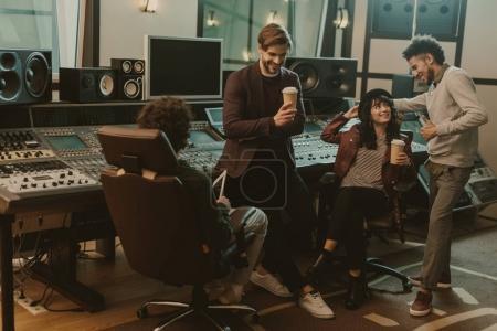 Photo pour Producteurs sonores passent du temps au studio d'enregistrement - image libre de droit