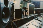 """Постер, картина, фотообои """"крупным планом динамических мониторов на студии звукозаписи"""""""