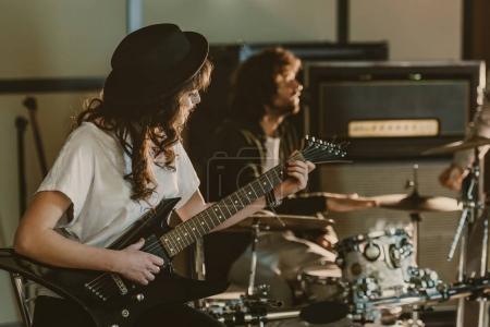Photo pour Jeunes musiciens band interprétant la chanson sur la répétition - image libre de droit