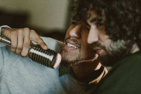 Photo pour Gros plan de jeunes musiciens émotionnelles chanson - image libre de droit