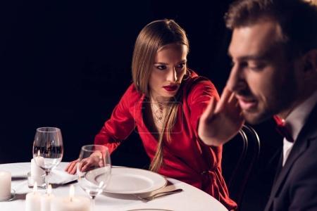 Photo pour Petite amie gifle son petit ami lors d'un rendez-vous romantique au restaurant - image libre de droit
