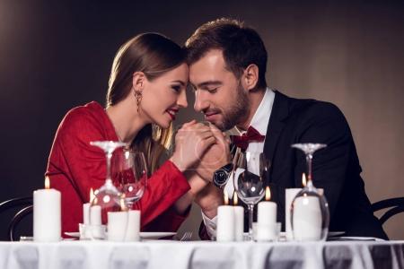 Photo pour Beau couple tendre passer du temps sur la date romantique au restaurant - image libre de droit