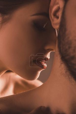 Photo pour Vue rapprochée du couple tendre, sur brun - image libre de droit