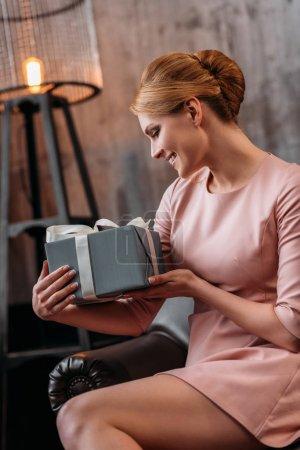 Photo pour Excité jeune femme avec cadeau de Saint-Valentin - image libre de droit