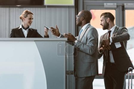 Photo pour Homme d'affaires debout au comptoir d'enregistrement de l'aéroport, dépêchez-vous sur le concept d'avion - image libre de droit