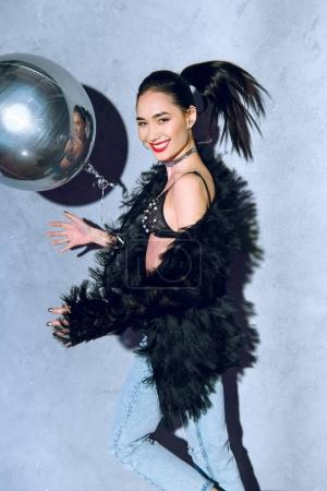 Photo pour Belle fille asiatique à la mode avec argent ballon souriant à la caméra - image libre de droit