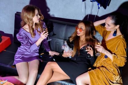 Foto de Mujeres jóvenes multiculturales con gafas de champán después de haber partido juntos - Imagen libre de derechos