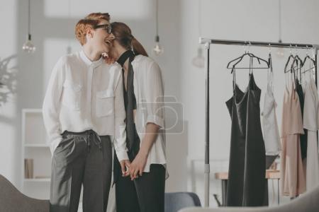 Photo pour Jeunes créateurs de mode couple lesbien flirter au bureau - image libre de droit