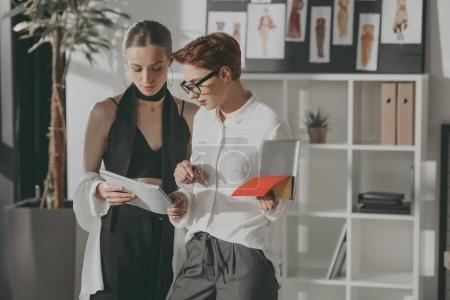 Foto de Jóvenes diseñadores de moda, trabajando juntos en la oficina - Imagen libre de derechos