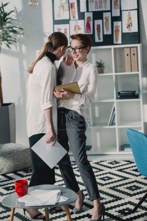 Photo pour Rire des jeunes créateurs de mode à l'aide de la tablette numérique ensemble au bureau - image libre de droit