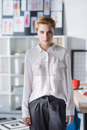 Photo pour Belle jeune styliste au bureau moderne - image libre de droit