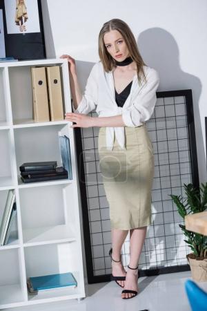 Photo pour Styliste de mode élégant au bureau moderne - image libre de droit
