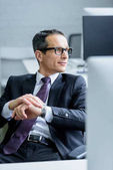 Portrait de l'homme d'affaires de lunettes à la recherche de suite au bureau