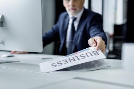 Foto de Empresario Senior tomando diario en el lugar de trabajo en oficina - Imagen libre de derechos