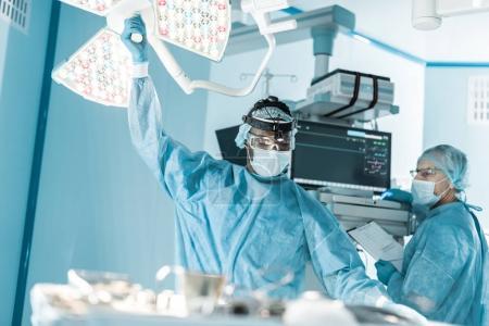 Photo pour Afro-américain médecin réglage lumière chirurgicale - image libre de droit