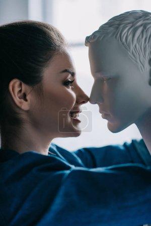 Photo pour Vue de côté de femme souriante et mannequin, aime d'une façon concept - image libre de droit