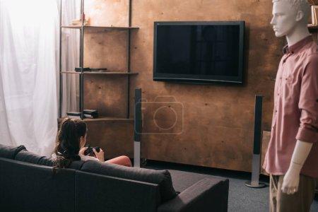 Photo pour Vue arrière du femme jouant vidéoludique et capucin côté à la maison, notion d'amour une façon - image libre de droit