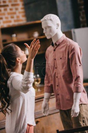 Photo pour Mise au point sélective de la jeune femme ayant argument avec mannequin, sens unique l'amour ou le concept de la solitude - image libre de droit