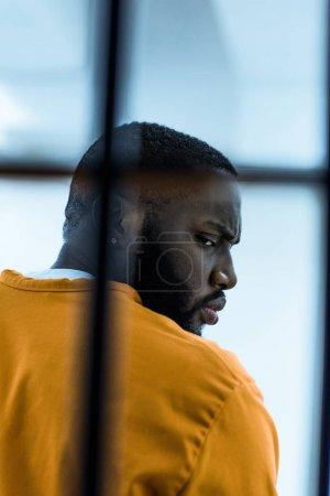 Foto de Preso afroamericano en celda - Imagen libre de derechos