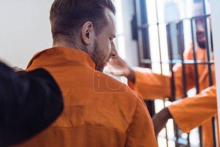 Photo pour Image recadrée de premier plan criminel de prison garde - image libre de droit