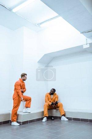 Foto de Multiétnicos presos en la celda de la prisión moderna luz - Imagen libre de derechos