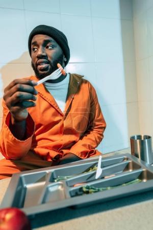 Foto de Penal americano africano comer en celda - Imagen libre de derechos