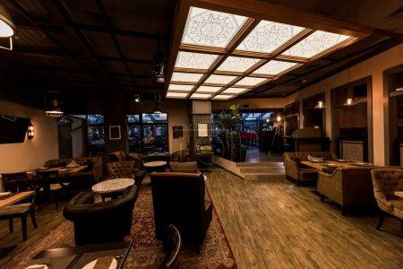 Photo pour Vue du café vide élégant avec des tables et des chaises disposées pour les visiteurs - image libre de droit