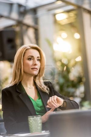 Photo pour Portrait de belle femme attendant quelqu'un au café - image libre de droit