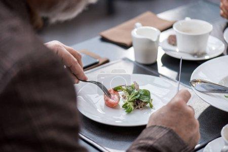 Photo pour Recadrée tir de l'homme en train de dîner au restaurant - image libre de droit