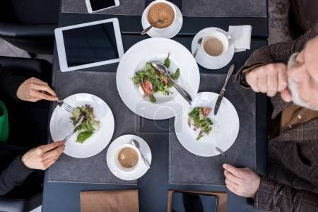 Photo pour Vue aérienne de l'homme et la femme en train de dîner ensemble au restaurant - image libre de droit