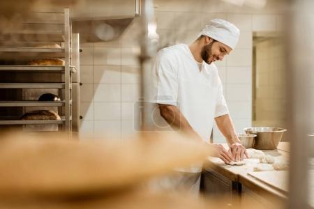 Photo pour Boulanger sur la fabrication de cuisson - image libre de droit