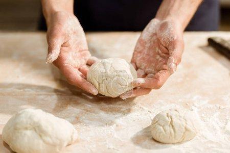 Ausgeschnittener Schuss des Bäckers mit Teigkugel für Gebäck