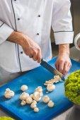"""Постер, картина, фотообои """"обрезанное изображение резки грибы шеф-повара на кухне ресторана"""""""
